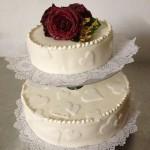 Hochzeitstorte mit gezuckerten Rosen