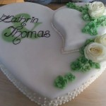 Tortenherz (mit kleinem Herz) und echten Rosen