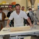 Plunder und co. Karl Heinz Brenner arbeitet an der Ausrollmaschine