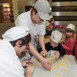 Kinderbacken Julia Weis ( Konditorin) und Sabrina Deisenhofer ( Bäcker 2. Lehrjahr)