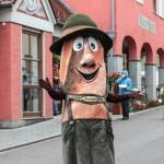 Der Kornspitzmann tanzt durch den Frühlingsmarkt